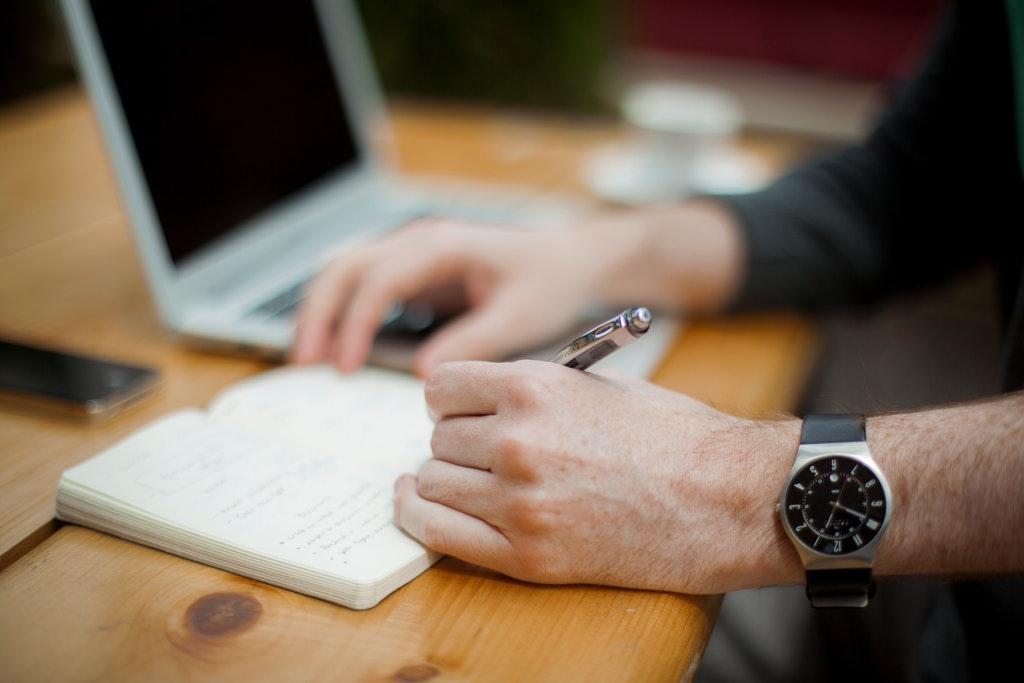 Kirjaa itsellesi ylös, mitä haluat saavuttaa ja mitä konkreettisia askeleita aiot ottaa tavoitteen saavuttamiseksi.